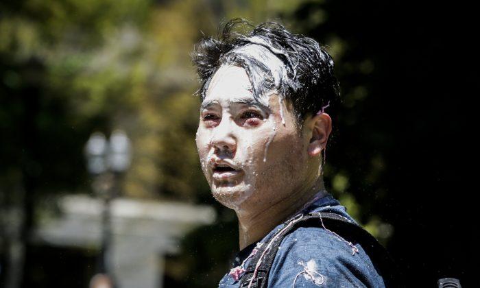 Andy Ngo, un periodista con residencia en Portland, se aprecia cubierto de una sustancia desconocida después de que miembros no identificados de Rose City Antifa lo atacaron en Portland, Oregón, el 29 de junio de 2019. (Moriah Ratner/Getty Images)