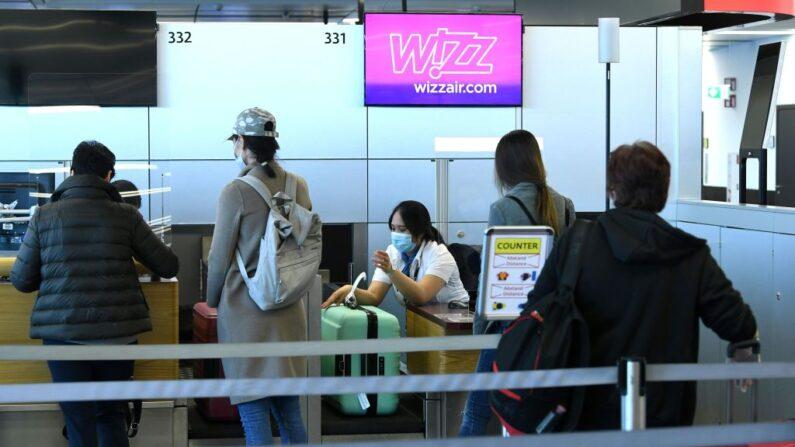 Pasajeros de un vuelo hacen cola en un mostrador de facturación de la aerolínea de bajo coste Wizz Air el 1 de mayo de 2020 en el aeropuerto de Schwechat, cerca de Viena, Austria. (Helmut Fohringer/APA/AFP vía Getty Images)
