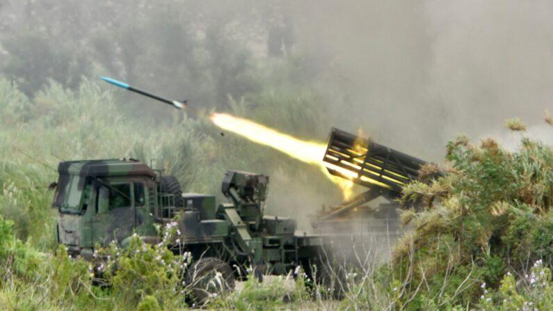 Un proyectil es lanzado desde un sistema de cohetes múltiples Thunderbolt-2000 de fabricación taiwanesa durante los ejercicios militares anuales Han Kuang en Taichung, Taiwán, el 16 de julio de 2020. (Sam Yeh/AFP vía Getty Images)