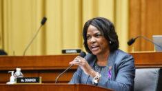 """Congresista demócrata: El oficial implicado en muerte de Ma'Khia Bryant """"respondió como fue entrenado"""""""