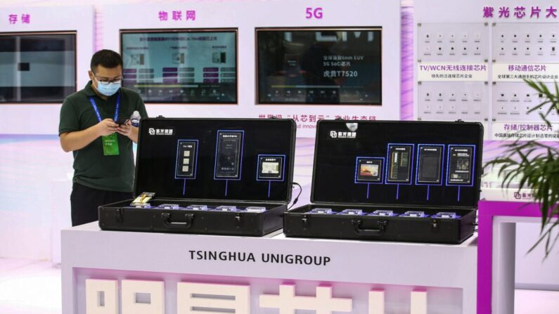 Los chips de Tsinghua Unigroup en la Conferencia Mundial de Semiconductores de 2020 en Nanjing, en la provincia de Jiangsu, en el este de China, el 26 de agosto de 2020. (STR/AFP a través de Getty Images)