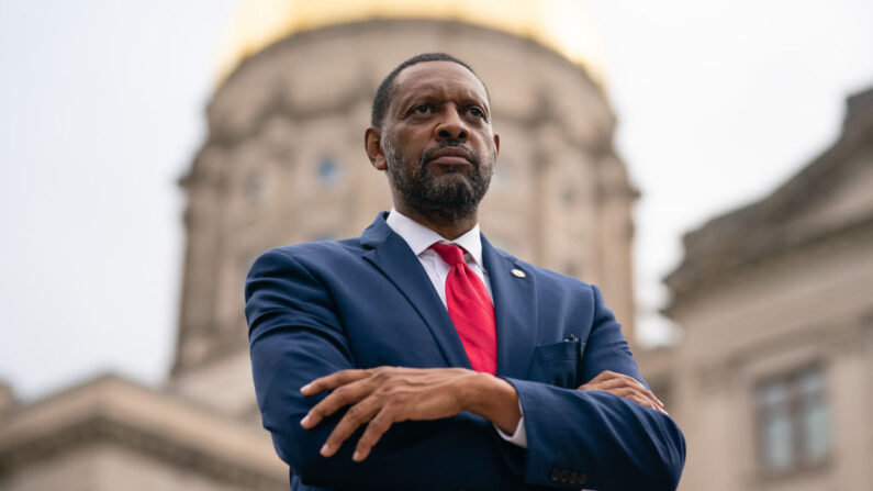 El representante del estado de Georgia, Vernon Jones, posa para un retrato en el Capitolio del estado de Georgia en Atlanta, Georgia, el 25 de octubre de 2020. (Elijah Nouvelage/AFP a través de Getty Images)