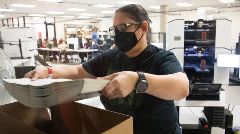 Un miembro del personal del Departamento de Elecciones del Condado de Maricopa cuenta las boletas antes de las elecciones del martes 31 de octubre de 2020 en Phoenix, Arizona. (Courtney Pedroza/Getty Images)