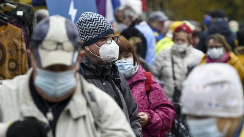 La gente usa mascarillas en el mercado dominical de Hakaniemi en Helsinki, Finlandia, el 1 de noviembre de 2020, en medio de la pandemia del COVID-19. (Markku Ulander / Lehtikuva / AFP vía Getty Images)