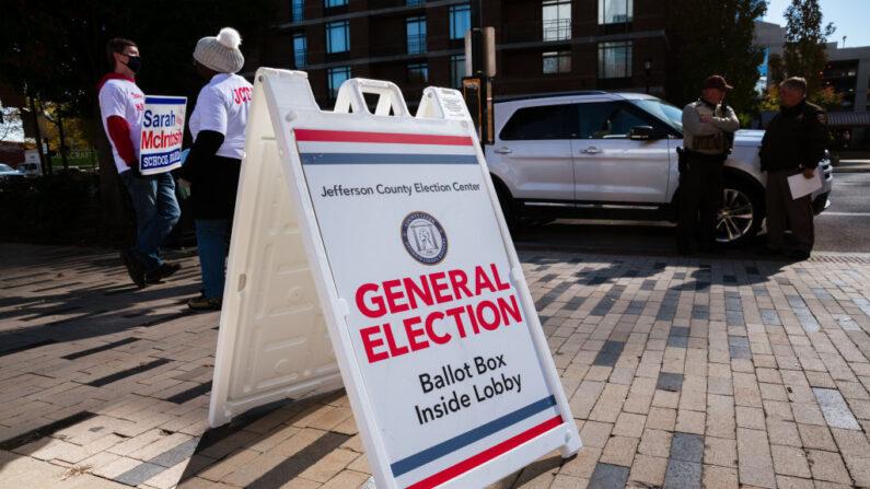 Un cartel que dirige a los votantes a la zona de votación en el KFC YUM! Center el 3 de noviembre de 2020 en Louisville, Kentucky, Estados Unidos. ( Jon Cherry/Getty Images)
