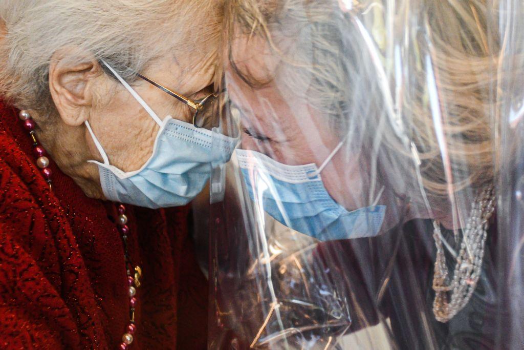 Abrazo tras 5 meses de aislamiento gana concurso como ícono de supervivencia