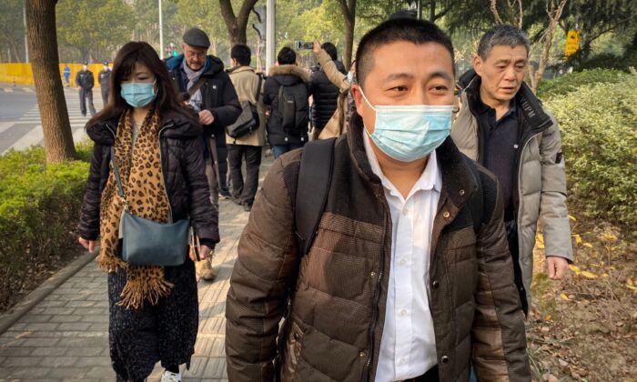 El abogado Ren Quanniu (Ce), que representa al periodista chino Zhang Zhan, quien informó sobre la pandemia, llega al Tribunal Popular del Nuevo Distrito de Shanghái, donde Zhang será juzgado, el 28 de diciembre de 2020. (Leo Ramirez/AFP vía Getty Images)