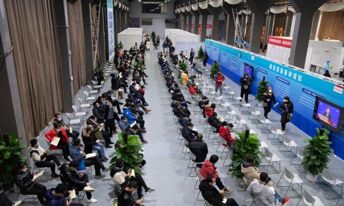 Las personas esperan recibir las vacunas anti-COVID en un centro de vacunación temporal, en Beijing, China, el 3 de enero de 2021. (STR/CNS/AFP a través de Getty Images)