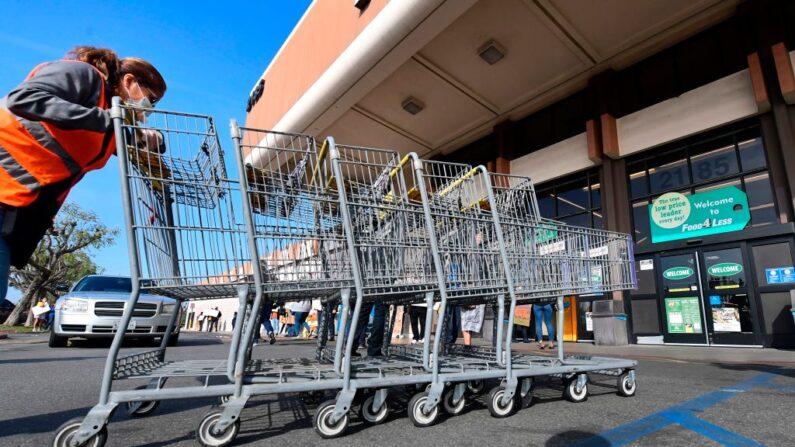 Una empleada de Food 4 Less, una empresa propiedad de Kroger, en Long Beach, California, el 3 de febrero de 2021. (FREDERIC J. BROWN/AFP a través de Getty Images)