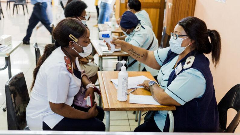 Una enfermera se somete a un control de la temperatura antes de recibir una dosis de la vacuna Johnson & Johnson contra el COVID-19 mientras Sudáfrica procede a su campaña de inoculación en el Hospital Prince Mshiyeni en Umlazi, al sur de Durban (Sudáfrica) el 18 de febrero de 2021. (Mlungisi Mbele / AFP vía Getty Images)