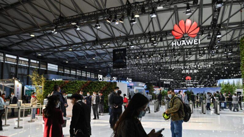 La gente visita un stand de Huawei durante el Mobile World Congress en Shanghái el 23 de febrero de 2021. (Hector Retamal/AFP a través de Getty Images)