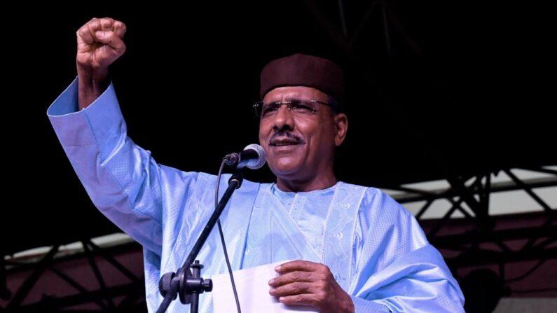 El recién elegido presidente de Níger, Mohamed Bazoum, hace gestos mientras pronuncia un discurso en la sede de su partido después del anuncio de su elección en Niamey, el 23 de febrero de 2021. (Issouf Sanogo / AFP vía Getty Images)