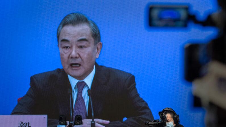El ministro de Relaciones Exteriores de China, Wang Yi, en la pantalla, responde a una pregunta durante una videoconferencia de prensa, como parte de la Asamblea Popular Nacional el 7 de marzo de 2021 en Beijing. (Kevin Frayer/Getty Images)