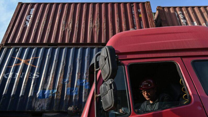 Un camionero espera su turno para descargar un contenedor en la terminal de contenedores del puerto de Lianyungang, en la provincia oriental china de Jiangsu, el 24 de marzo de 2021. (Hector Retamal/AFP vía Getty Images)