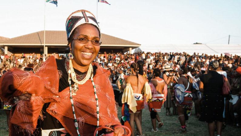 Una foto tomada el 11 de septiembre de 2004 muestra a la reina zulú Mantfombi Dlamini Zulú participando en el festival anual de danza Umkhosi woMhlanga (danza de la caña) en el Palacio Real de Enyokeni, en Kwa-Nongoma, a unos 350 kilómetros al norte de Durban. (Rajesh Jantilal/AFP vía Getty Images)
