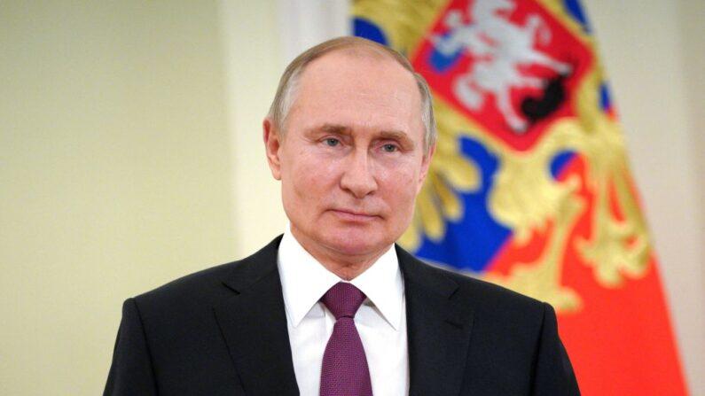 El líder ruso Vladimir Putin se dirige con motivo del Día de las tropas de la Guardia Nacional, en Moscú, Rusia, el 27 de marzo de 2021. (Mikhail Klimentyev / Sputnik / AFP vía Getty Images)