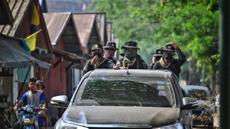 Guardias del Departamento de Parques Nacionales de Tailandia en la ciudad de Mae Sam Laep, en la provincia de Mae Hong Son, el 31 de marzo de 2021, frente al lugar donde los refugiados birmanos intentaron cruzar el río Salween a lo largo de la frontera entre Tailandia y Birmania tras los ataques aéreos en el estado de Karen después del golpe militar de febrero. (Lillian Suwanrumpha/AFP vía Getty Images)