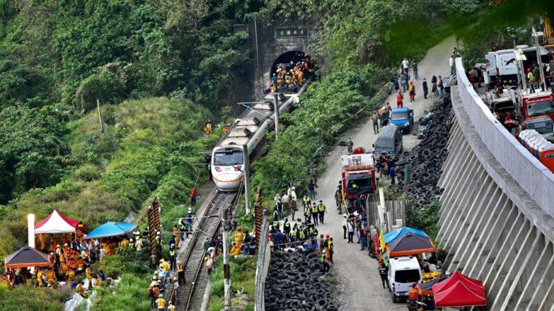 Esta foto muestra a los rescatistas en el lugar donde un tren descarriló dentro de un túnel en las montañas de Hualien, en el este de Taiwán, el 2 de abril de 2021. (Sam Yeh / AFP vía Getty Images)