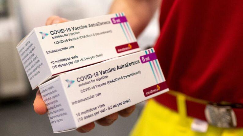 Un trabajador sanitario sostiene cajas con vacunas de AstraZeneca contra el coronavirus SARS-CoV-2 el 2 de abril de 2021 en Viena, Austria. (JOE KLAMAR/AFP vía Getty Images)