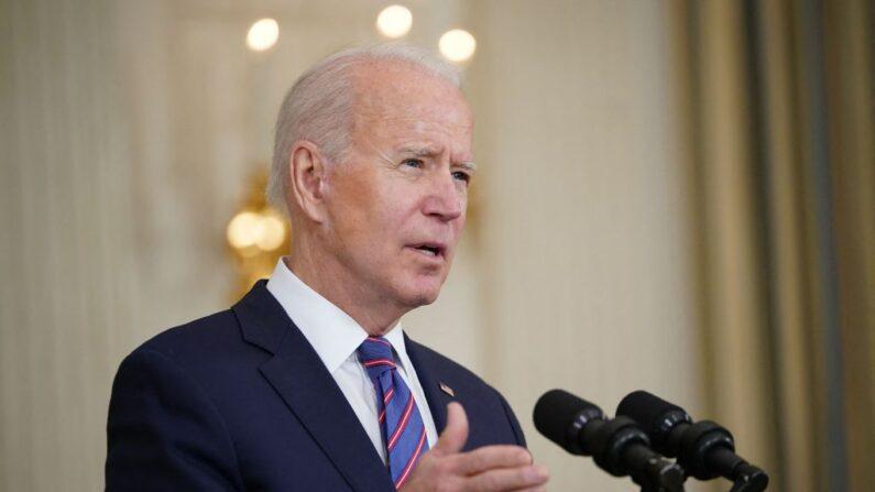 El presidente de EE. UU., Joe Biden, habla sobre el informe de empleo de marzo en el Comedor de Estado de la Casa Blanca en Washington, DC, el 2 de abril de 2021. (MANDEL NGAN/AFP vía Getty Images)