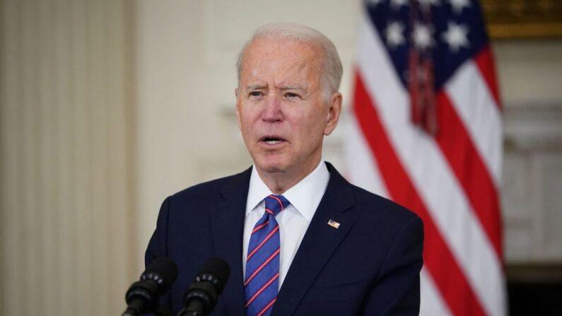 El presidente de Estados Unidos, Joe Biden, habla sobre el informe de empleo de marzo en el Comedor de Estado de la Casa Blanca en Washington, DC, el 2 de abril de 2021. (Mandel Ngan/AFP vía Getty Images)