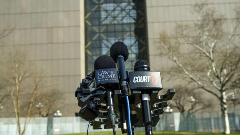 Un soporte de micrófono se establece antes de una conferencia de prensa fuera del Centro de Gobierno del Condado de Hennepin el 6 de abril de 2021 en Minneapolis, Minnesota, en relación al juicio del expolicía de Minneapolis, Derek Chauvin, acusado de múltiples cargos de asesinato por la muerte de George Floyd en mayo pasado. (Stephen Maturen/Getty Images)