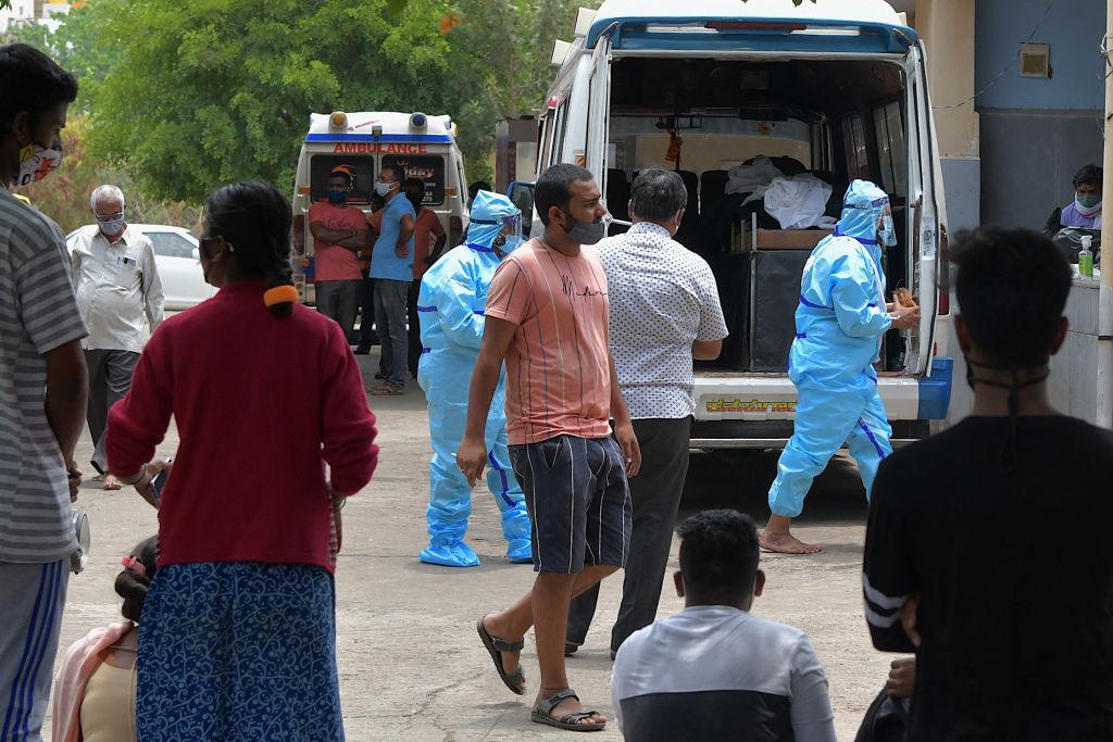 Nuevo récord de casos y muertes por covid-19 en India entre restricciones
