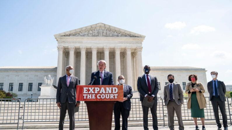 El senador Ed Markey (D-MA), junto a otros senadores, representantes y activistas civiles, celebra una conferencia de prensa frente a la Corte Suprema de EE.UU. para anunciar una legislación que busca expandir el número de escaños en la Corte Suprema, el 15 de abril de 2021, en Washington, D.C. (Drew Angerer/Getty Images)