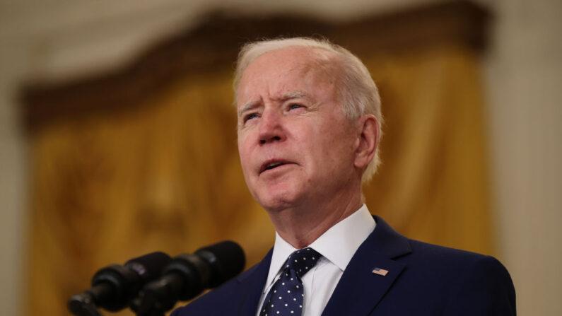 El presidente de Estados Unidos, Joe Biden, anuncia nuevas sanciones económicas contra el gobierno de Rusia desde el Salón Este de la Casa Blanca el 15 de abril de 2021 en Washington, DC. (Chip Somodevilla/Getty Images)