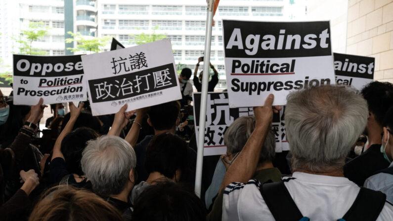 Los partidarios sostienen carteles en la corte de West Kowloon antes de la audiencia de sentencia el 16 de abril de 2021 en Hong Kong. (Anthony Kwan/Getty Images)