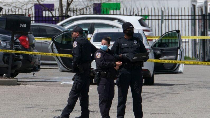Agentes de policía hacen guardia fuera del lugar de un tiroteo masivo en una instalación de FedEx en Indianápolis, Indiana, el 16 de abril de 2021. (Jeff Dean/AFP/Getty Images)