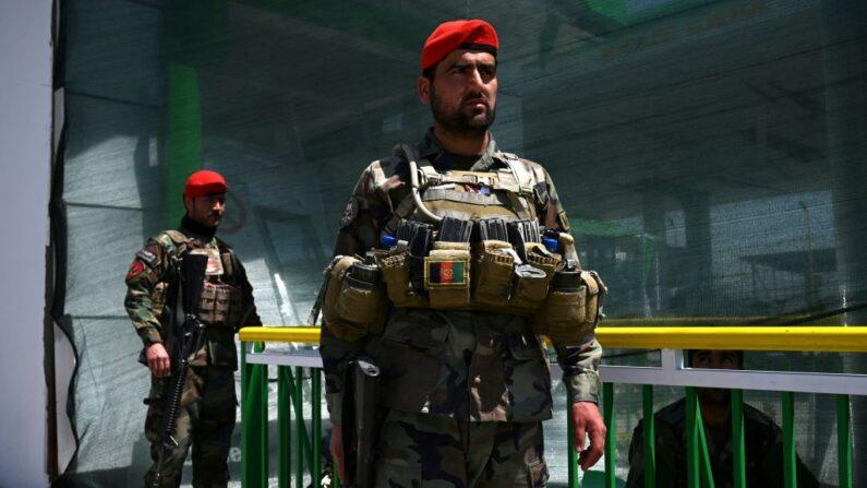 En una foto de archivo, soldados del Ejército Nacional Afgano (ANA) hacen guardia en una gasolinera dañada cerca del lugar de un ataque con bomba a un convoy de las fuerzas de seguridad afganas, en Kabul el 21 de abril de 2021. (Wakil Kohsar / AFP / Getty Images)