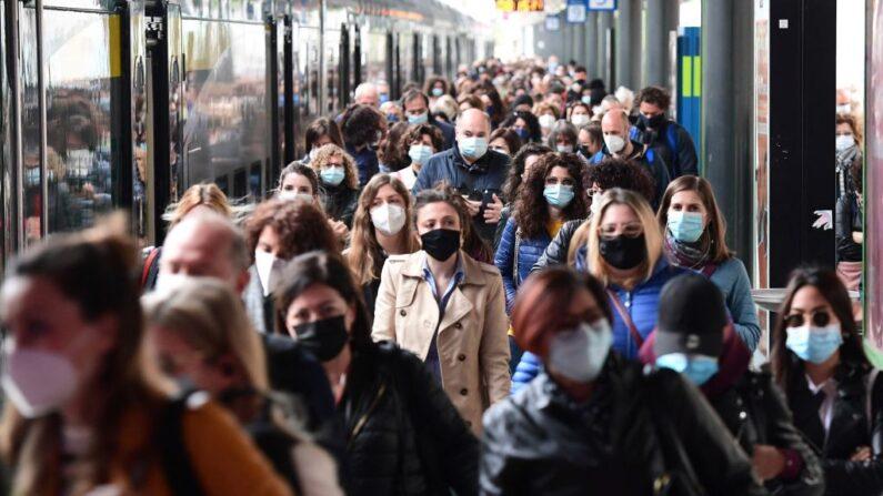 Los viajeros caminan a su llegada a la estación de tren de Cardona el 26 de abril de 2021 en Milán, Italia. (Miguel Medina/AFP vía Getty Images)