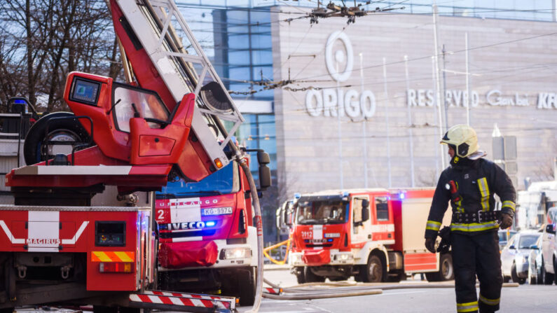 Los bomberos trabajan en el lugar de un incendio en el centro de la ciudad de Riga, Letonia, el 28 de abril de 2021. (Gints Ivuskans/AFP vía Getty Images)