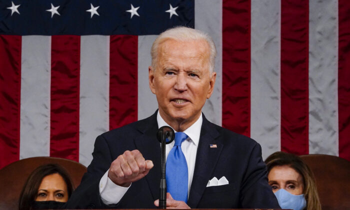 El presidente Joe Biden ofrece un discurso en el Capitolio de Estados Unidos, en Washington, el 28 de abril de 2021. (Melina Mara/Pool/Getty Images)