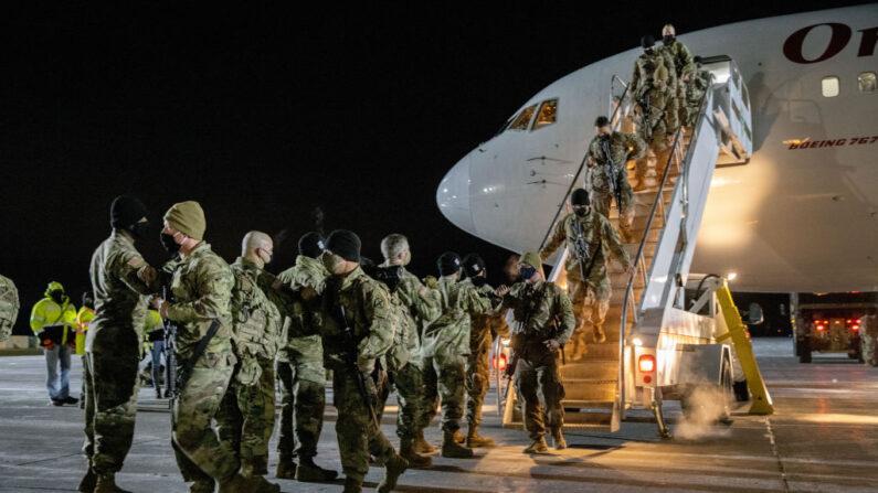 Soldados del Ejército de Estados Unidos de la 10ª División de Montaña llegan a casa tras un despliegue de 9 meses en Afganistán el 08 de diciembre de 2020 en Fort Drum, Nueva York. (John Moore/Getty Images)