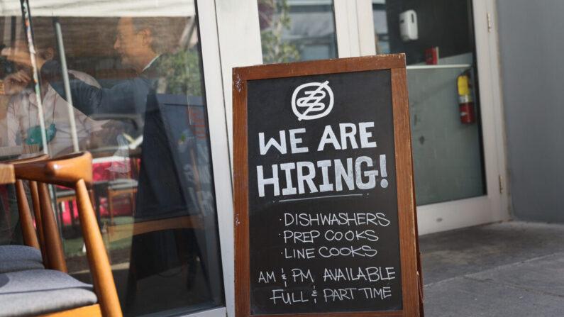 """Un cartel de """"¡Estamos contratando!"""" se ve delante del restaurante Buya en Miami, Florida, el 5 de marzo de 2021. (Joe Raedle/Getty Images)"""