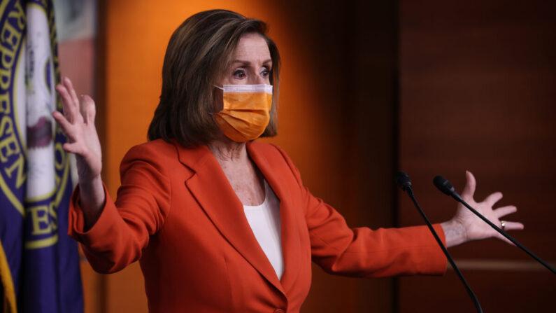 La presidenta de la Cámara de Representantes, Nancy Pelosi (D-Calif.), da una conferencia de prensa un día después de que el Congreso aprobara un paquete de estímulo de 1.9 billones de dólares en el Centro de Visitantes del Capitolio en Washington el 11 de marzo de 2021. (Chip Somodevilla/Getty Images)