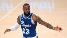 """LeBron James de la NBA borra un mensaje en que decía a un policía """"eres el siguiente"""""""