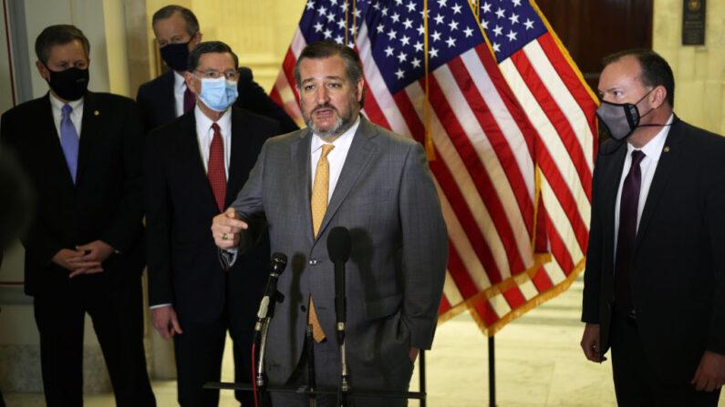 El senador Ted Cruz (R-TX) habla a la prensa junto al senador Mike Lee (der.) y otros miembros del Congreso tras el almuerzo republicano del Senado, en el edificio de oficinas del Senado, el 24 de marzo de 2021, en Capitol Hill, en Washington, D.C. (Alex Wong/Getty Images)