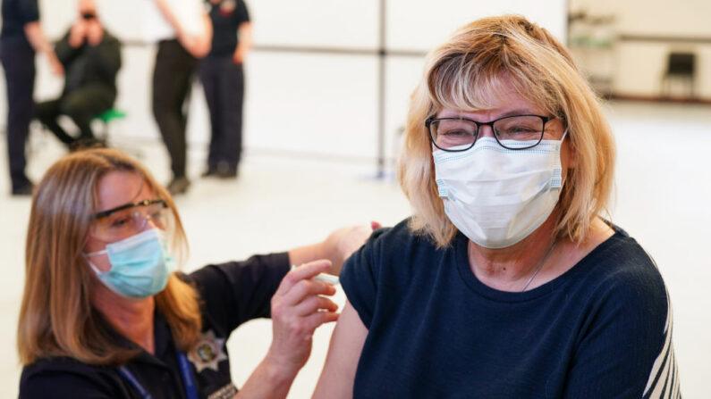 Una persona recibe la vacuna AstraZeneca / Oxford University covid-19 en el Penrith Auction Mart Vaccination Center el 25 de marzo de 2021 en Penrith, Reino Unido. (Ian Forsyth / Getty Images)
