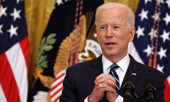 El presidente Joe Biden habla con los periodistas durante la primera conferencia de prensa de su presidencia en el Salón Este de la Casa Blanca, el 25 de marzo de 2021. (Chip Somodevilla/Getty Images)