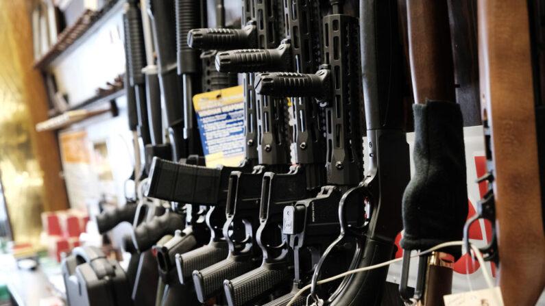 Pocos rifles quedaron en el estante de la tienda Gun-A-Rama de Caso en Jersey City, Nueva Jersey, el 25 de marzo de 2021. (Spencer Platt/Getty Images)