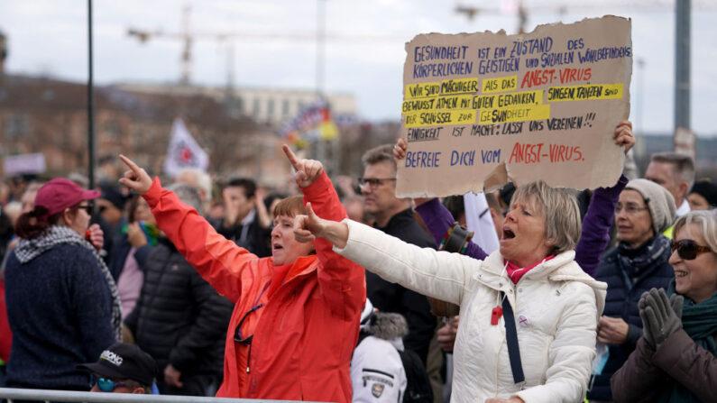 """Los partidarios del movimiento Querdenken vitorean en un mitin por lo que afirman son sus derechos básicos durante la tercera ola de la pandemia de covid-19 el 3 de abril de 2021 en Stuttgart, Alemania. Querdenken, que significa """"pensamiento lateral"""", es el movimiento más grande de Alemania para protestar contra las medidas de bloqueo relacionadas con el covid-19. (Thomas Niedermueller / Getty Images)"""