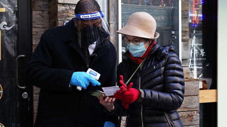 Una asistente muestra su prueba de vacunación mientras el Teatro St. James de Broadway reabre con una actuación exclusiva para los trabajadores de primera línea como parte de NY PopsUp el 3 de abril de 2021 en la ciudad de Nueva York. (Cindy Ord/Getty Images)