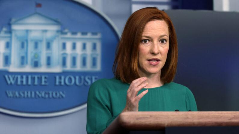 La secretaria de prensa de la Casa Blanca, Jen Psaki, habla durante una conferencia de prensa diaria en la sala de conferencias de prensa James Brady de la Casa Blanca el 6 de abril de 2021 en Washington, DC. (Alex Wong / Getty Images)