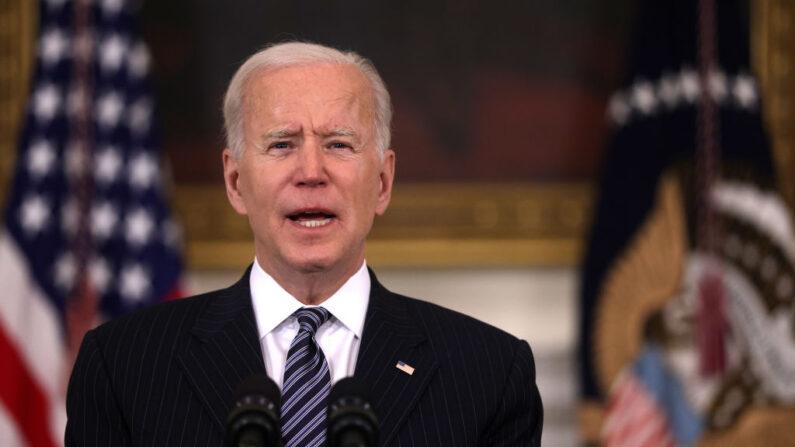 El presidente de Estados Unidos, Joe Biden, ofrece nueva información sobre las vacunaciones desde el Comedor Estatal de la Casa Blanca, el 6 de abril de 2021, en Washington, D.C. (BRENDAN SMIALOWSKI/AFP a través de Getty Images)