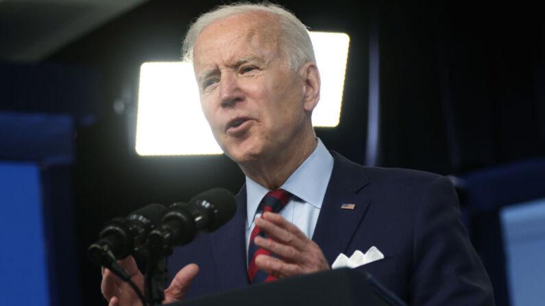 El presidente de EE. UU., Joe Biden, habla durante un evento en el Auditorio de la Corte Sur en el Edificio de las Oficinas Ejecutivas Eisenhower, el 7 de abril de 2021, en Washington D. C. (Foto de Alex Wong/Getty Images)