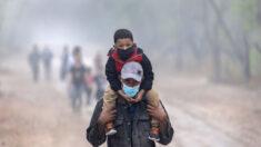 Traficante de personas deja caer a un niño de dos años desde lo alto de la valla fronteriza