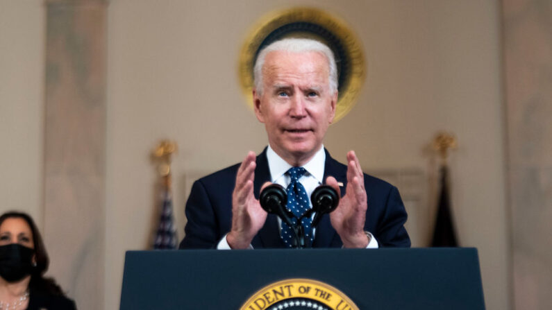 El presidente estadounidense Joe Biden hace comentarios en respuesta al veredicto en el juicio por asesinato del exoficial de policía de Minneapolis Derek Chauvin en el Cross Hall de la Casa Blanca el 20 de abril de 2021 en Washington, DC. (Doug Mills/Pool/Getty Images)